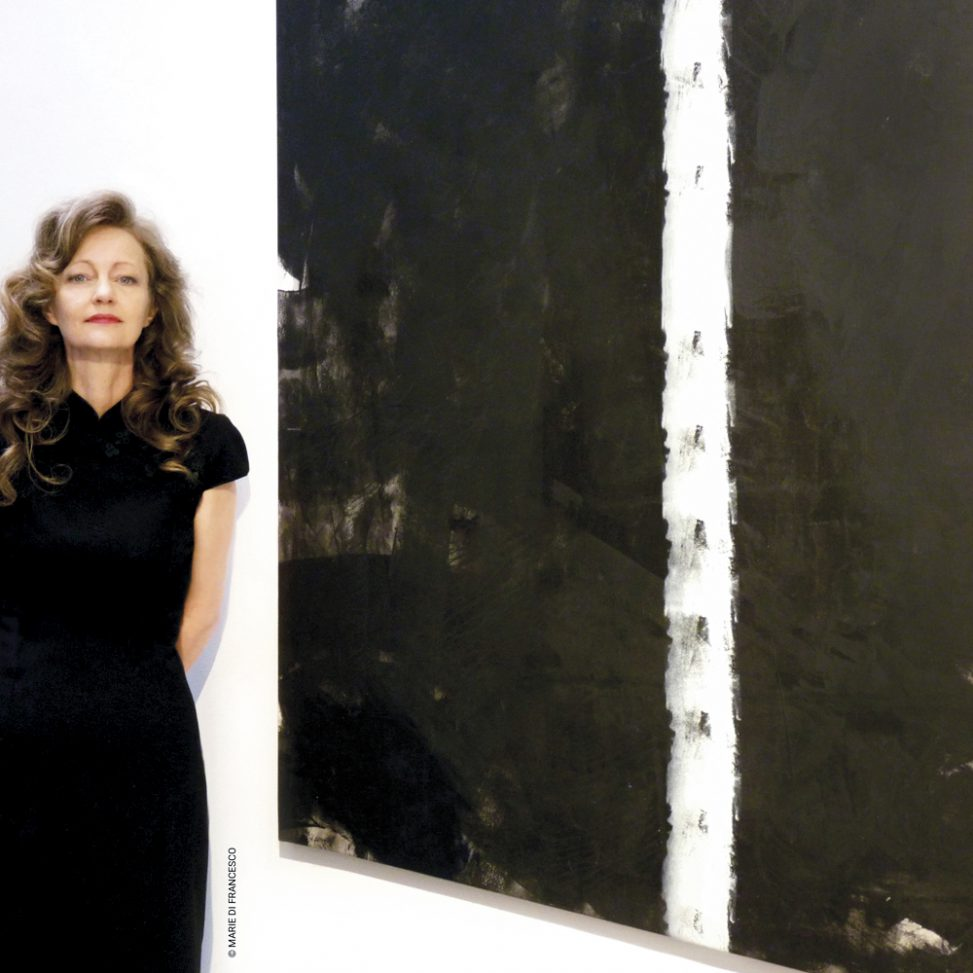 Galery art Brussels Peinture Fraîche Black & white painting Ascent & artist Erica Hinyot in the art Gallery